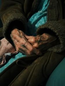 ΤΑ ΧΕΡΙΑ ΤΗΣ PATRICIA: Μια φωτογραφία που τράβηξε με το κινητό της η συγγραφέας του άρθρου, στα χέρια της γυναίκας που φρόντιζε...